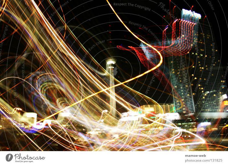 Berlin Alexanderplatz leuchten Verkehrswege chaotisch Surrealismus durcheinander Berliner Fernsehturm Belichtung Lichtspiel Verzerrung Leuchtspur Lichtstreifen
