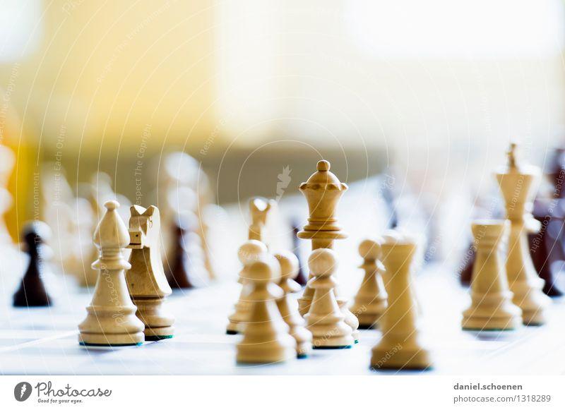 von Bauern und Damen Kind weiß Freude gelb Spielen hell Freizeit & Hobby Leidenschaft Konzentration Konkurrenz Schach Brettspiel Beilage fördern
