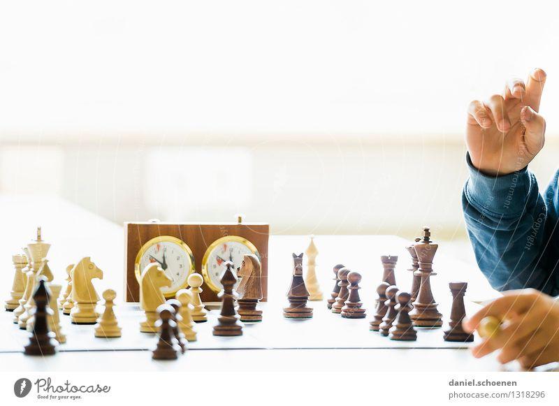 Springer nach ... Freizeit & Hobby Spielen Schach Kind Hand 1 Mensch 8-13 Jahre Kindheit Denken hell Freude Begeisterung Erfolg Leidenschaft diszipliniert
