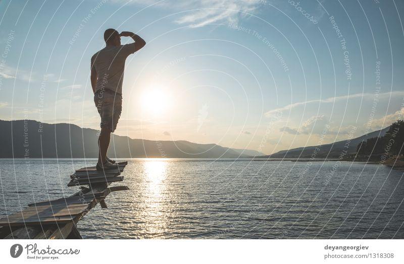 Junger Erwachsener vor Gebirgssee Mensch Himmel Natur Ferien & Urlaub & Reisen Mann schön Sommer Erholung Landschaft Wald Berge u. Gebirge Sport Glück Lifestyle