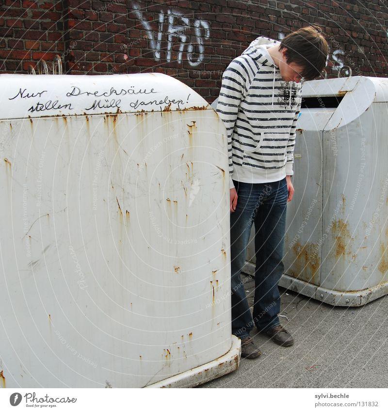 Nur Drecksäue ... Mann Erwachsene Kopf Mauer Wand Rost Graffiti Streifen hängen stehen dreckig Moral Müllbehälter Seite schäbig Bürgersteig hängen lassen
