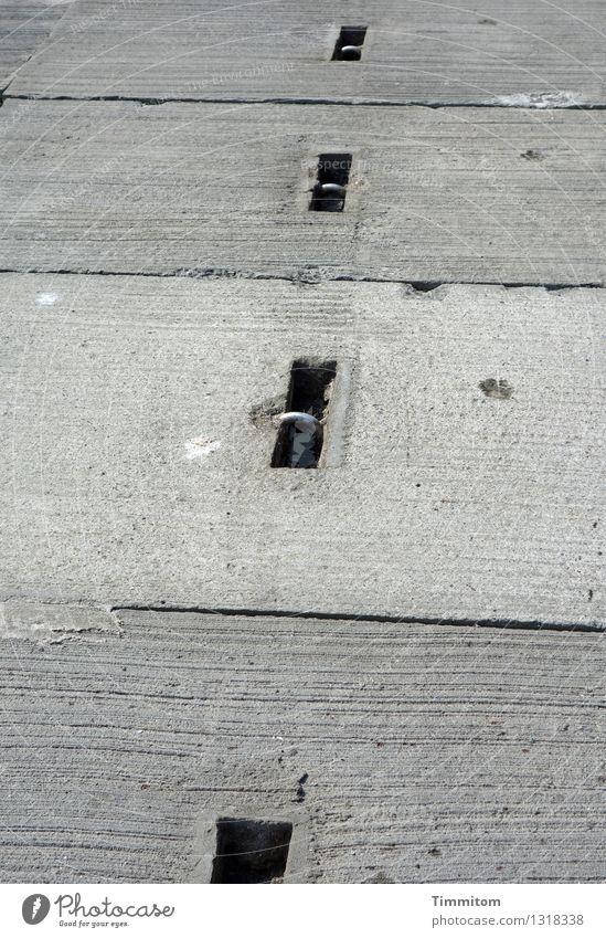 Molenstoff. Dänemark Betonklotz Metall liegen ästhetisch einfach grau schwarz silber Linie Boden Farbfoto Außenaufnahme Menschenleer Tag