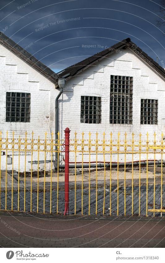 zaun Himmel rot Wolken Haus gelb Straße Wege & Pfade Schutz Sicherheit Zaun gefangen Gitter Zaunpfahl