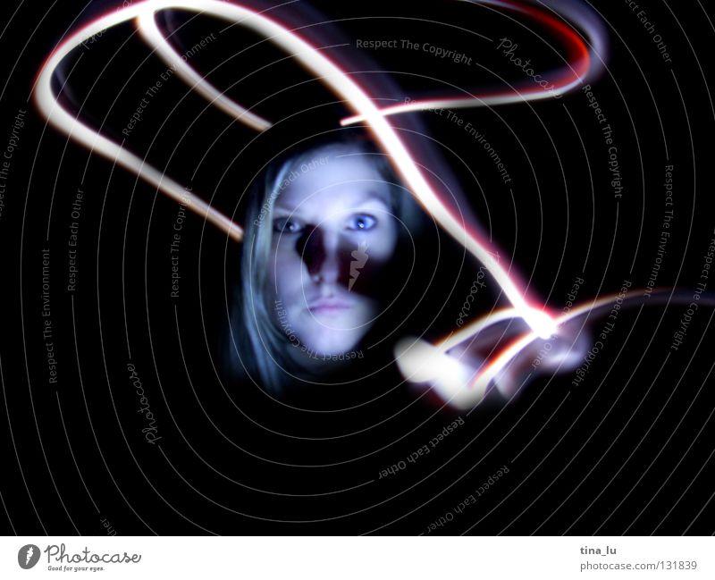 komm ins licht... rot grün Kleid Streifen dunkel Lichtspiel Experiment Langzeitbelichtung Frau Geisterstunde schwarz mystisch Strahlung Ampel Lampe Kontrast
