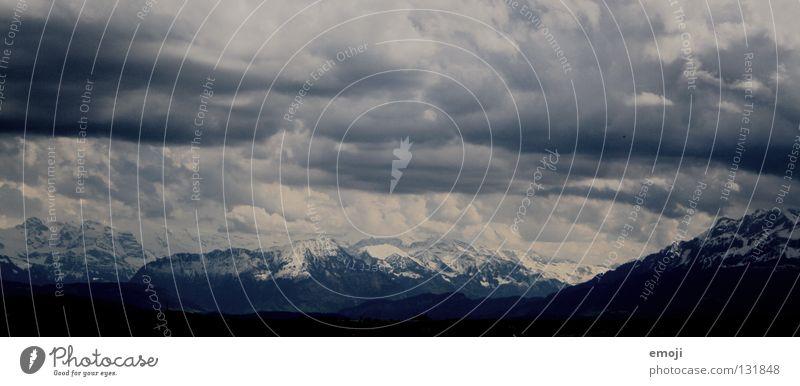 Alpen Schweiz ländlich bedrohlich dunkel gefährlich Himmel schlechtes Wetter schwarz weiß Winter Panorama (Aussicht) beeindruckend wuchtig groß Horizont Feld