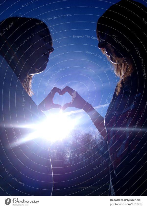 Freundschaft. Sonne Außenaufnahme Sonnenstrahlen Finger Hand Zusammensein Liebe Herz Glück Freude Jugendliche Schatten blau Himmel Kontrast