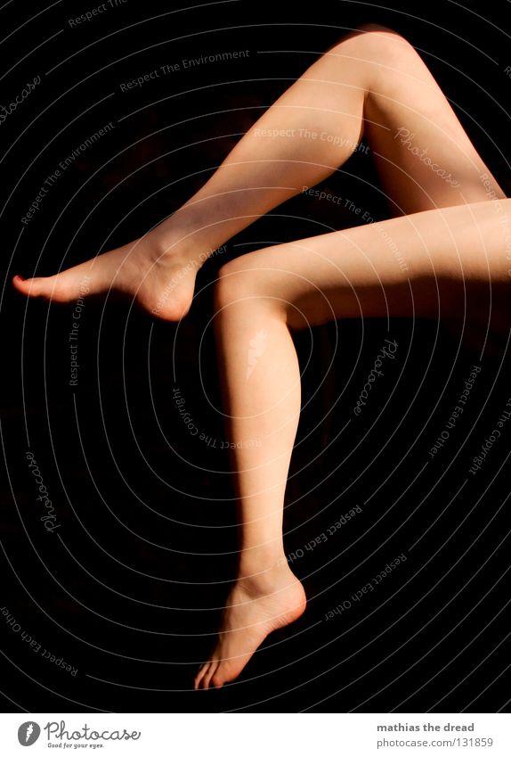 BEINFREIHEIT Oberschenkel Unterschenkel Wade Fußsohle nackt rasiert Fußspitze Streifen gestreift Zehen 10 2 Zehennagel Nagellack rot lackiert lang dünn schön