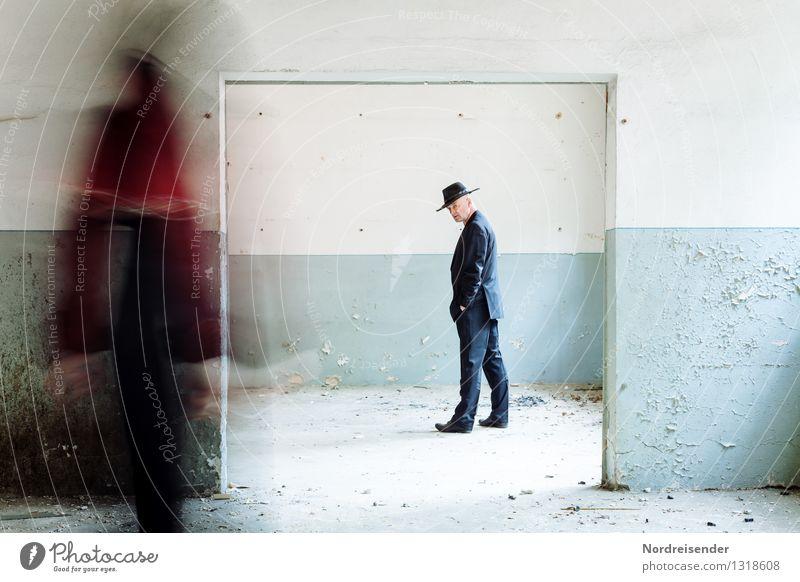 Erinnerungen.... Mensch Frau Mann Einsamkeit Erwachsene Wand Gefühle feminin Gebäude Mauer Zeit außergewöhnlich maskulin träumen Tür ästhetisch