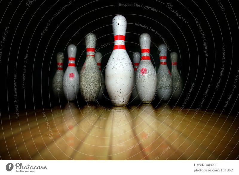 bowling pins dunkel dreckig Bowling Kegeln Sport Freude Makroaufnahme Nahaufnahme kegelförmig Strike Reflektion
