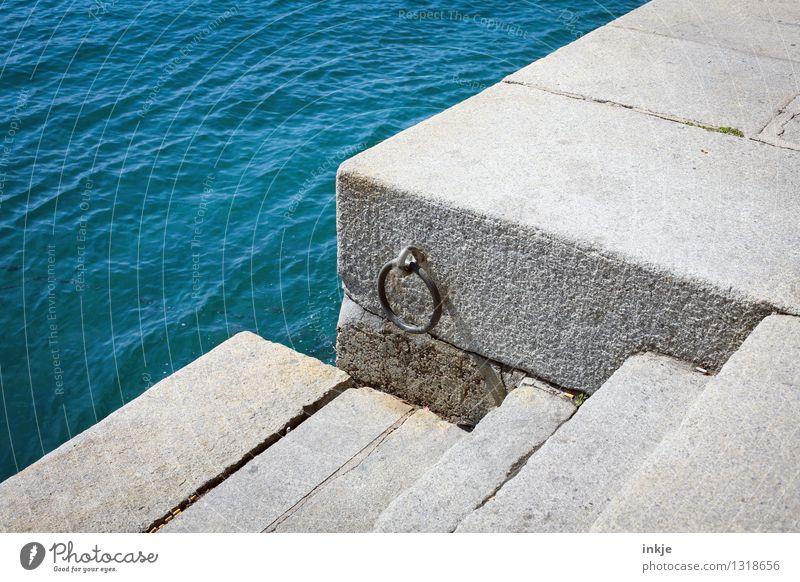 Neptuns Türklopfer Wasser Meer Hafenstadt Menschenleer Mauer Wand Treppe Schifffahrt Anlegestelle Stein Kreis Niveau einfach blau Farbfoto Außenaufnahme