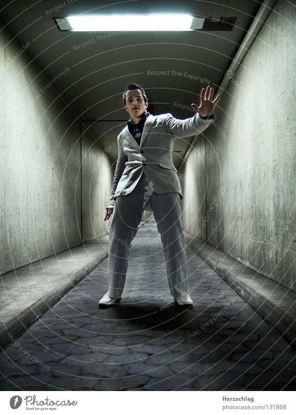 Dommy fühlt es ... Fotografieren Photo-Shooting Tunnel fantastisch Licht Anzug weiß schwarz Freude Gefühle Elektrizität Schatten dommy Thomas Stefan Nikon