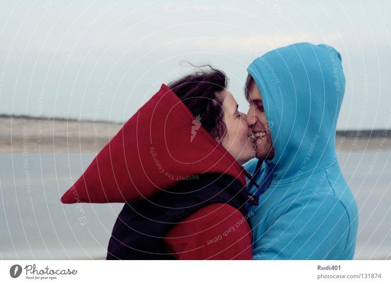 Anziehungskraft blau rot Liebe Freiheit Glück Paar See Zufriedenheit Küste rund Romantik nah Frieden Küssen Spitze
