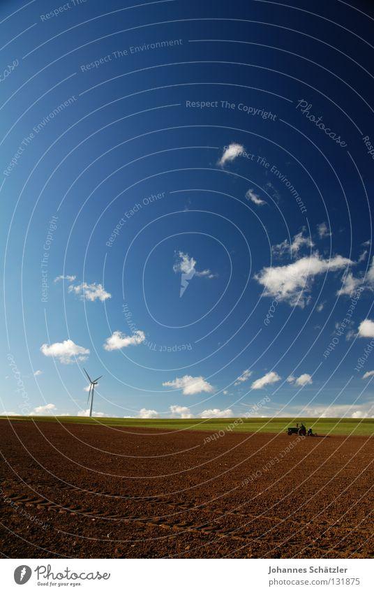 Der Bauer und das Feld Gras Landwirtschaft Windkraftanlage Wissenschaften Elektrizität Kraft Wolken Himmel Frühling Sommer Aussaat Bauernhof Traktor Kuhmist