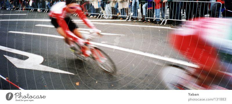Windschatten: follow me Straße Sport Bewegung Paar Fahrrad groß Geschwindigkeit Asphalt Pfeil Grenze böse Dynamik Publikum Panorama (Bildformat) anstrengen