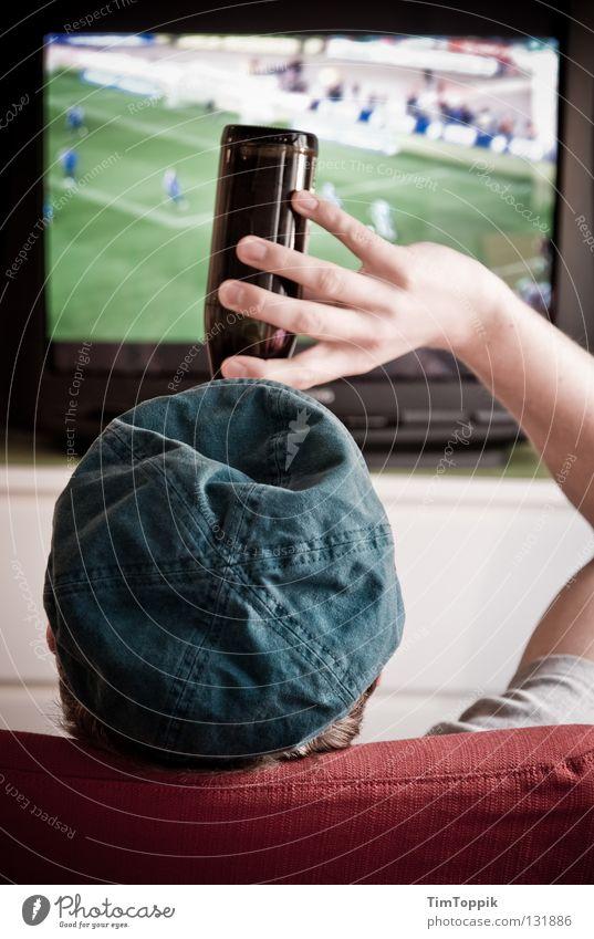 Abseits Mann Erwachsene Fußball trinken Fernseher Fernsehen Sofa Bier Mütze Alkohol Kiste bequem Bierflasche Konsum Weltmeisterschaft Alkoholsucht