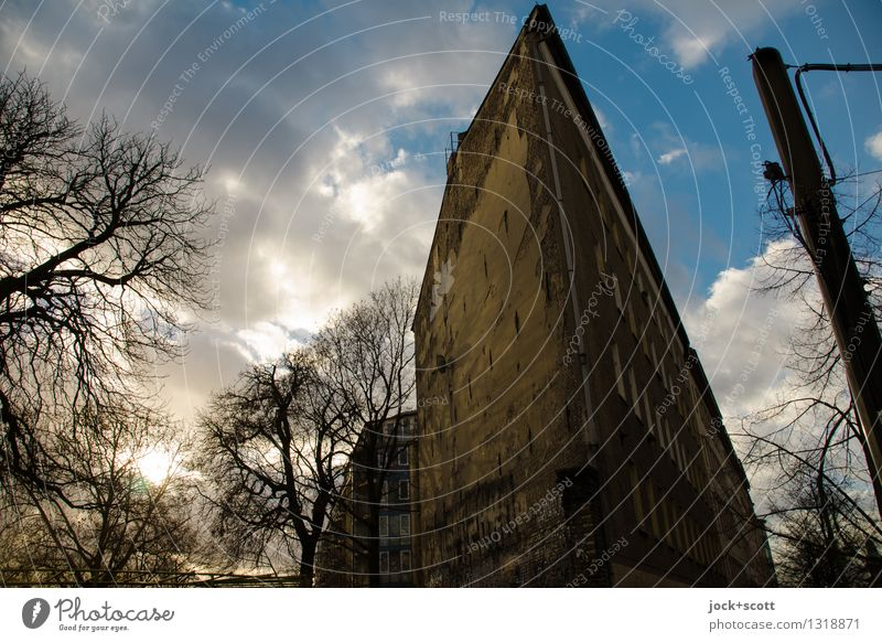 Charmante Kante Stadt Wolken Haus Winter Umwelt Wärme Stil Gebäude Fassade leuchten authentisch Perspektive Vergänglichkeit retro Schönes Wetter Schutz