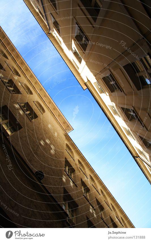 Gassenpanorama III Haus Himmel Gebäude Fenster Platzangst Stadthaus diagonal eng Meinung Fassade Wand Schatten Sonnenlicht hoch Architektur Detailaufnahme