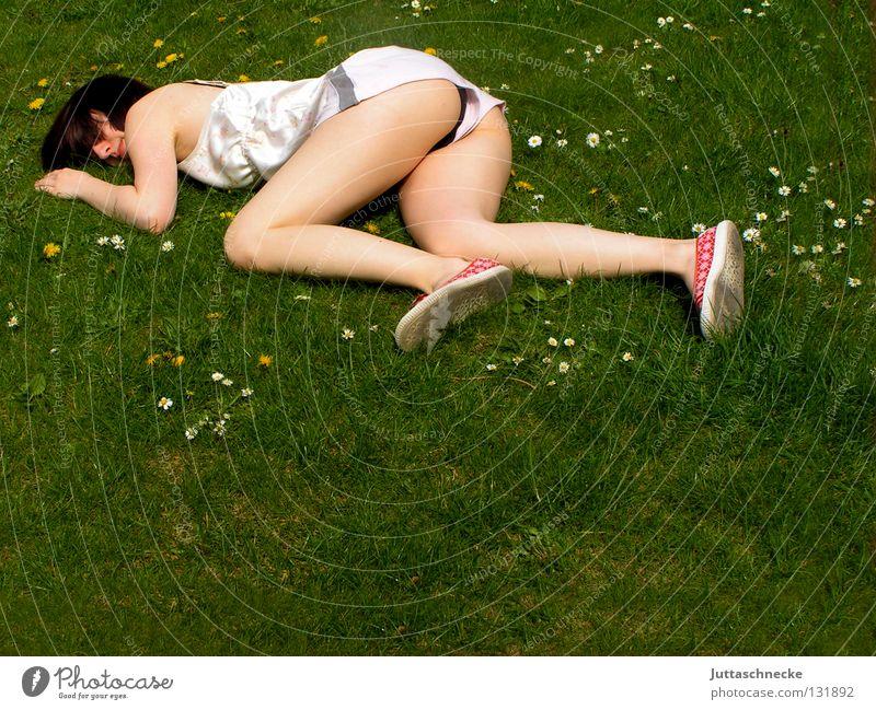 Im Einklang Frau liegen ausgestreckt flach Knockout Müdigkeit schlafen Wiese Gras Blumenwiese Misserfolg umgefallen umfallen fertig Gelächter Begeisterung
