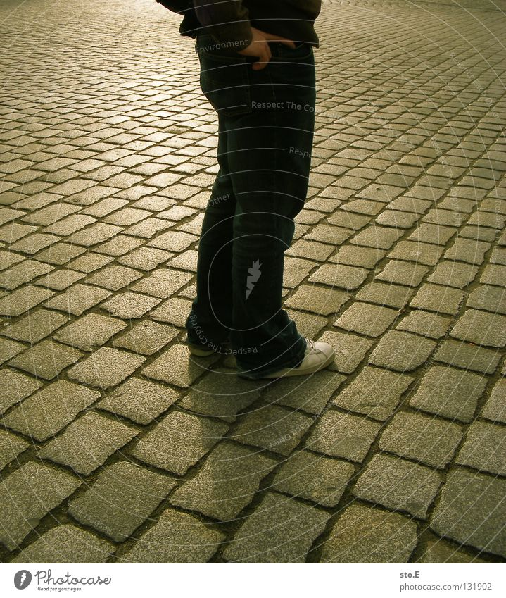 // pflastern diagonal parallel Fuge Fluchtpunkt Mann Kerl Körperhaltung Reflexion & Spiegelung Schatten verdunkeln Geometrie Gegenlicht Unterleib Schuhe Wende