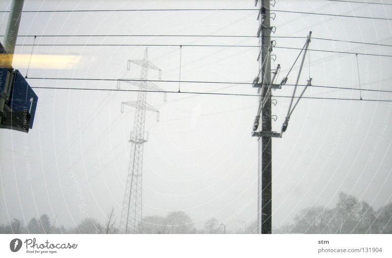 roadmovie 16 Himmel Baum Winter Ferien & Urlaub & Reisen Schnee Fenster Bewegung Landschaft Glas Nebel Schilder & Markierungen Verkehr Eisenbahn Geschwindigkeit