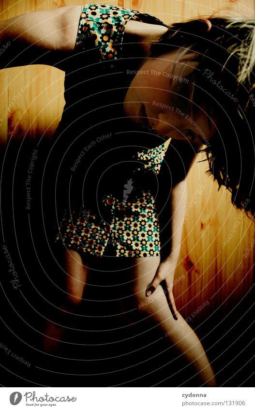 T Frau Licht Mädchen stehen Gedanke Zeit Gefühle wahrnehmen Stil Lippen bleich Haare & Frisuren Kleid Blume Muster retro Nostalgie Wand Holz schön Erde Blick
