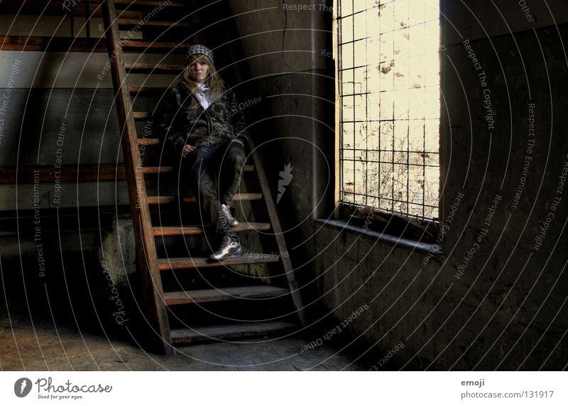 lässig Frau Jugendliche alt Einsamkeit Wand Fenster Holz träumen Traurigkeit Denken warten dreckig Beton sitzen Perspektive Industrie