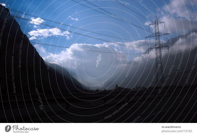 bedrohliches tal Himmel Wolken Berge u. Gebirge Nebel Elektrizität Autobahn Strommast Leitung Tal