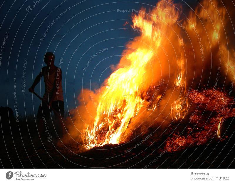Ignis inflammare Nacht Mann dunkel bedrohlich Hölle Teufel Physik heiß gefährlich heizen brennen Strohfeuer Fegefeuer Desaster feurig geisterhaft infernalisch