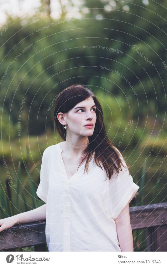 Gedanken an morgen. Mensch Natur Jugendliche schön Junge Frau Erholung Einsamkeit ruhig 18-30 Jahre Erwachsene Umwelt Gefühle natürlich feminin Garten Stimmung