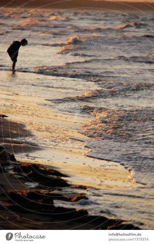 Junge am Meer 1 Mensch 3-8 Jahre Kind Kindheit Natur Landschaft Wasser Wellen Küste Seeufer Strand Ostsee Blick gelb orange schwarz Gefühle Stimmung