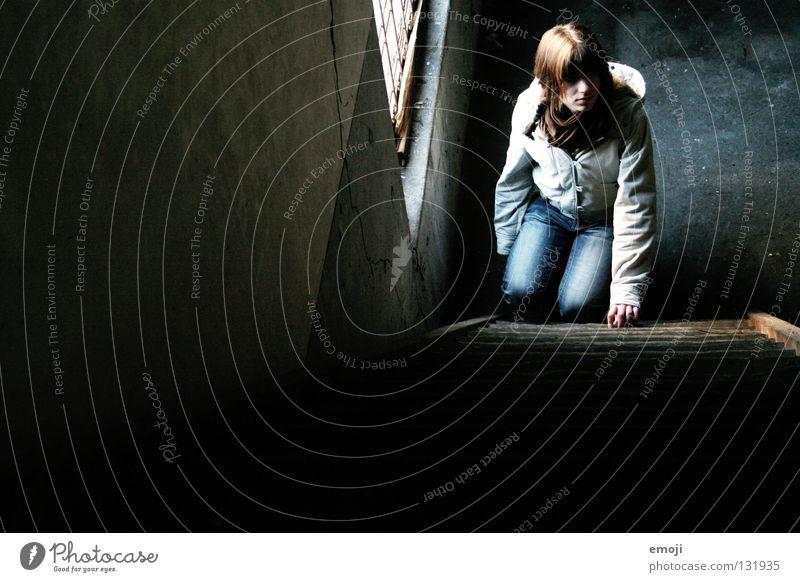Meeedsch'n Frau Jugendliche alt Einsamkeit Wand Fenster Holz träumen Traurigkeit Denken warten dreckig Beton sitzen Perspektive Industrie