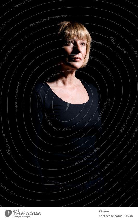 nachdenklich schön schwarz Erfahrung Frau blond Porträt Mensch feminin klassisch Angst unsicher Denken Licht glänzend Zukunft Schwäche alt Dame Gesicht face