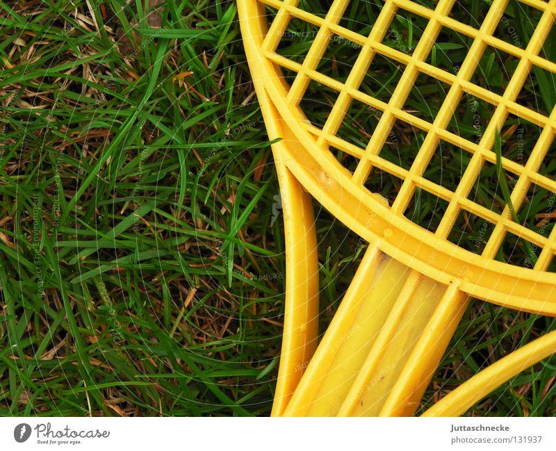 Hinter Gittern gelb grün Tennis Tennisschläger Spielen Spielzeug Gras Wiese Sommer Luft Freizeit & Hobby Haftstrafe Freude Kinderzimmer Garten Statue Kunststoff