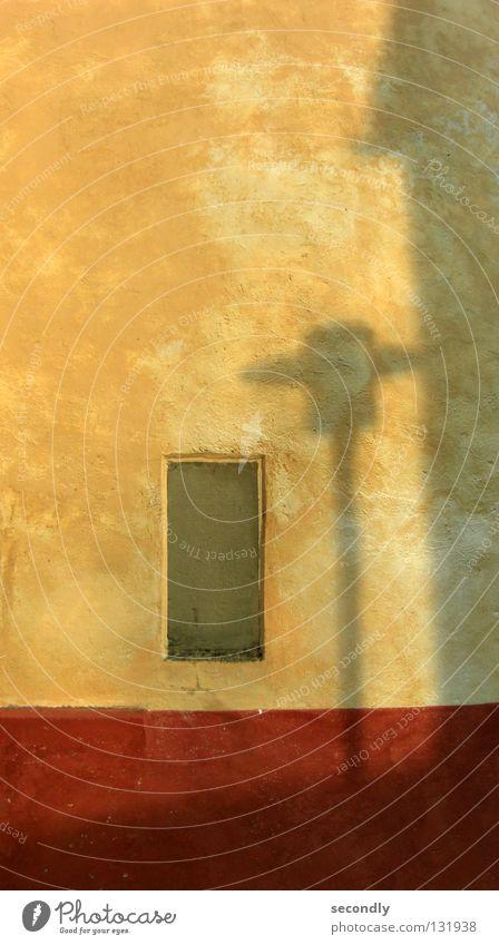 Licht und Schatten alt rot Haus gelb Wand Tod Mauer Lampe Wärme Ecke Physik Vergänglichkeit Denkmal Wahrzeichen Straßenbeleuchtung Gotteshäuser