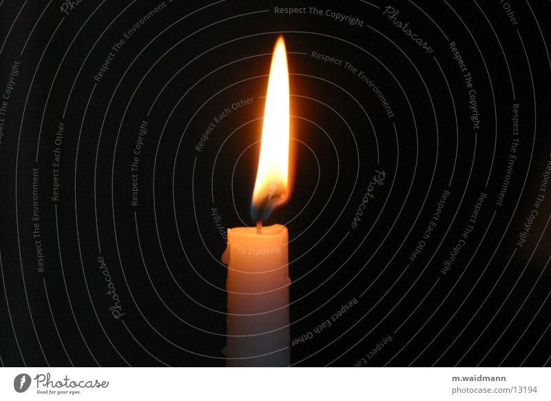 einsam und allein Kerze Wachs einzeln Licht dunkel Flamme