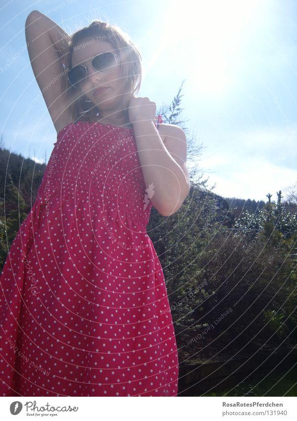 Schwesterchen. Sonne Pornobrille Sonnenbrille Sonnenbad Außenaufnahme Kleid rosa Brille Punkt Garten Himmel blau Jugendliche rosarote Brille Sommer