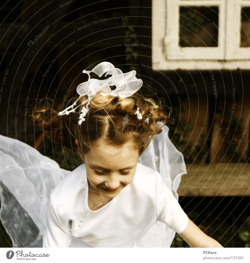kleiner Engel Kind Mädchen weiß springen fliegen Leichtigkeit hüpfen Prinzessin Kommunion