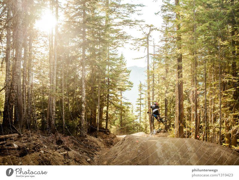 Flying high Mensch Ferien & Urlaub & Reisen Jugendliche Freude Ferne Wald Berge u. Gebirge Umwelt Lifestyle springen Freizeit & Hobby ästhetisch Fahrradfahren