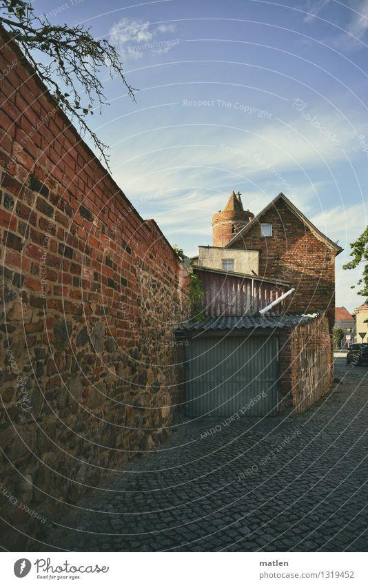 an der Stadtmauer alt blau Haus Fenster Wand Straße Architektur Gebäude Mauer grau braun rosa PKW Tür Sträucher