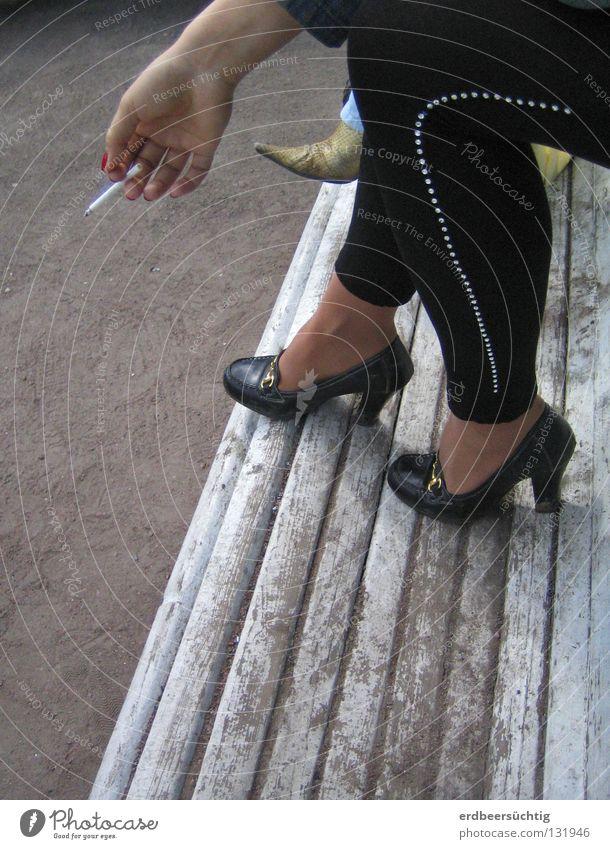 Raucherpäuschen Nagellack Rauchen ruhig Frau Erwachsene Hand Finger Beine Fuß Schuhe Damenschuhe trendy schwarz Pause Zigarette Bank obskur eigenwillig lässig