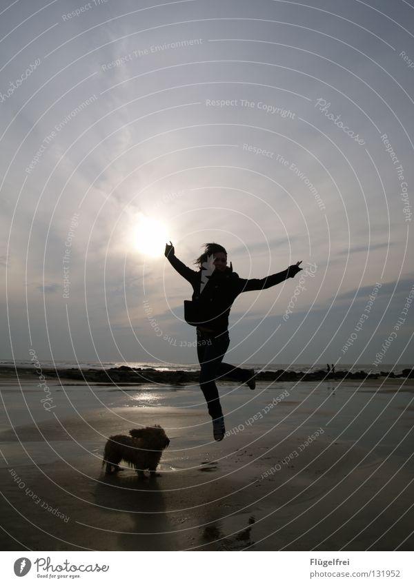 Schade, die Erdanziehungskraft ist doch zu hoch Hund Frau Himmel blau Wasser Sommer Meer Freude Einsamkeit Strand Wolken ruhig schwarz Erwachsene Ferne Haare & Frisuren