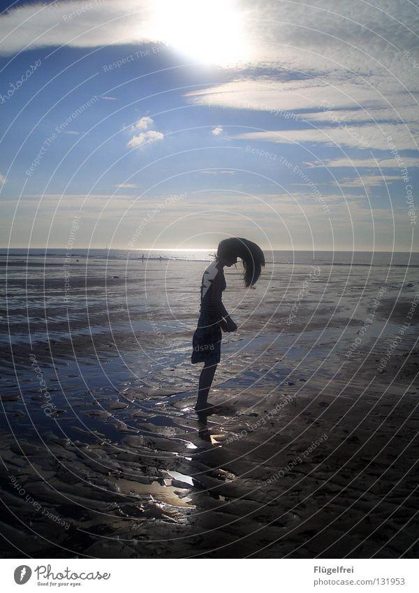 Eleganz im Lichtschimmer Frau Himmel Jugendliche Wasser blau Sonne Ferien & Urlaub & Reisen Meer Sommer Strand Wolken ruhig Erwachsene schwarz Einsamkeit Ferne