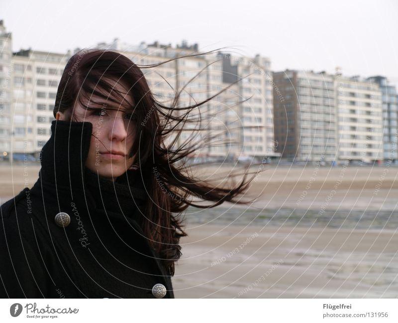 verweht Frau Wasser Ferien & Urlaub & Reisen Meer Strand Erwachsene schwarz Einsamkeit Haus kalt Gefühle grau Haare & Frisuren Denken Traurigkeit Wind