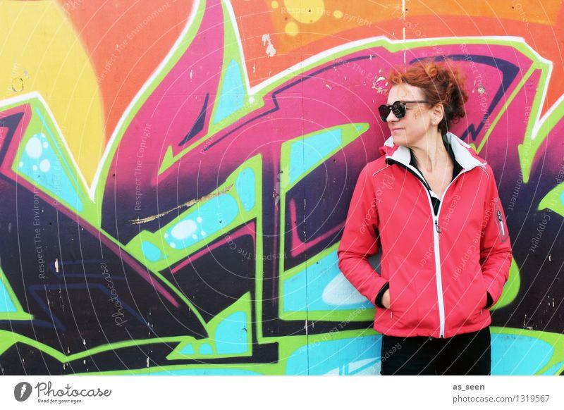Graffiti Mensch Frau Stadt schön Farbe rot Erwachsene Wand Mauer Kunst Mode Fassade orange Musik stehen