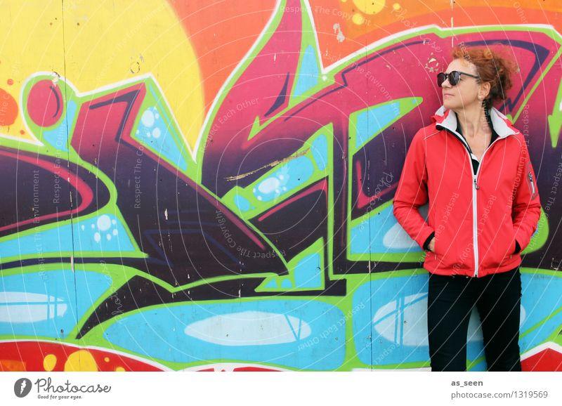 Splash! Mensch Frau Farbe Erwachsene Wand Leben Graffiti Stil Mauer Kunst Mode Fassade orange Design stehen Perspektive