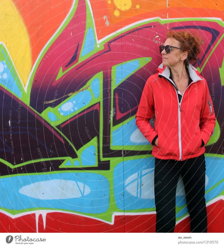 Standing Frau Erwachsene Leben 1 Mensch 30-45 Jahre Kunst Jugendkultur Subkultur Umwelt Mauer Wand Fassade Mode Jacke rothaarig Locken Stein Schriftzeichen