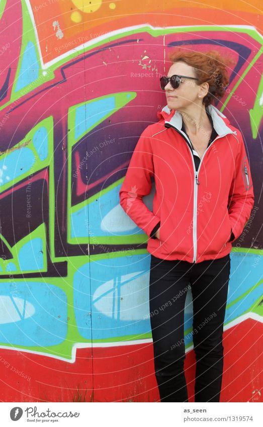 Woman in red Frau Erwachsene Leben 1 Mensch 30-45 Jahre Kunst Kunstwerk Subkultur Umwelt Mauer Wand Fassade Zeichen Graffiti Blick stehen Coolness trendy Spitze
