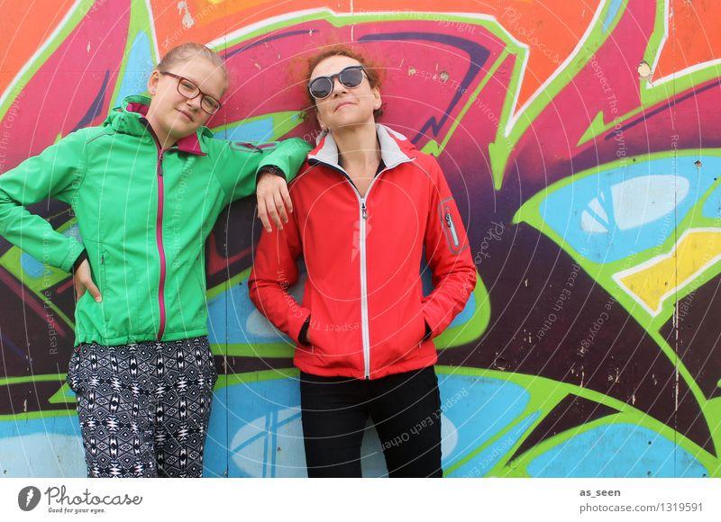 Team Mensch Frau Jugendliche Stadt grün Farbe Mädchen Erwachsene Umwelt Wand Graffiti Mauer Zusammensein Fassade orange Körper