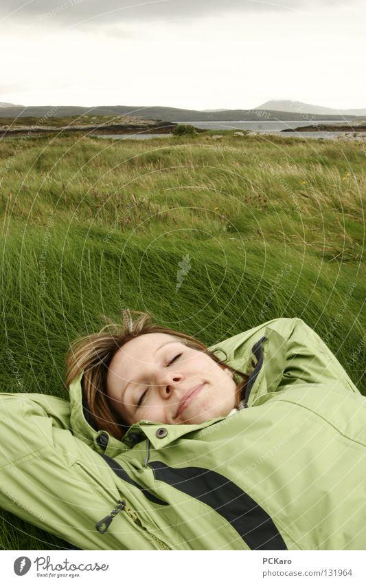 ..von Irland träumen.. Gras weich schlafen genießen Wolken Hügel grün Regenwolken Frau kalt Meer Republik Irland Wind Natur