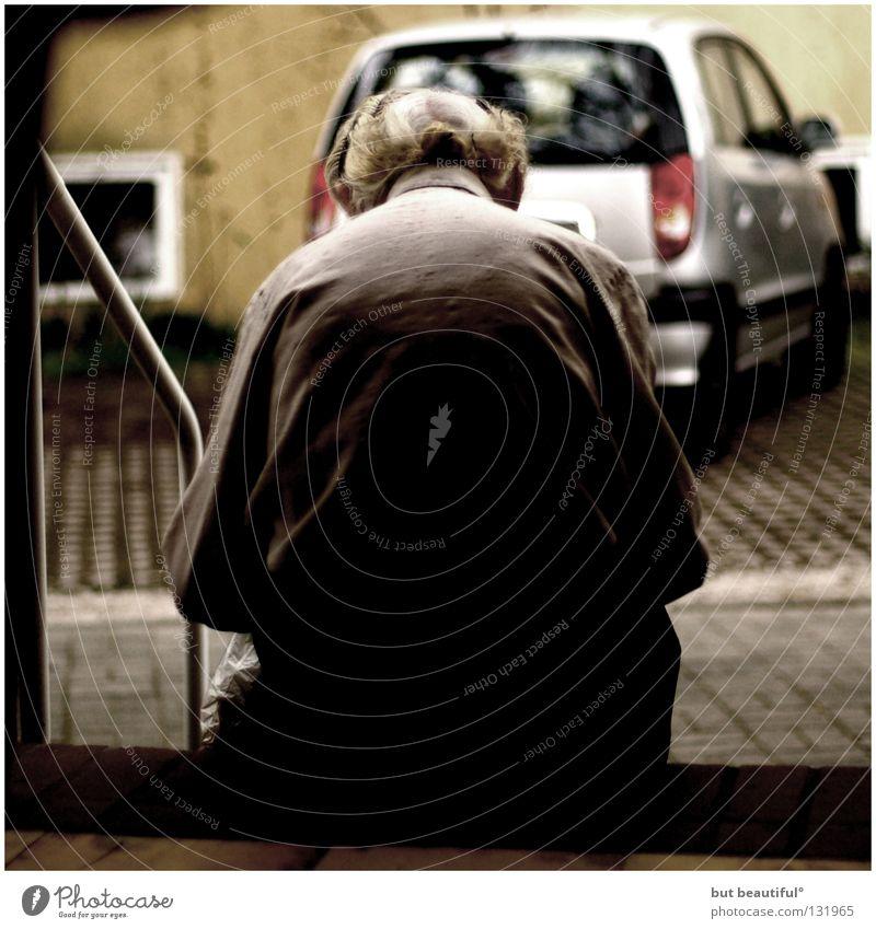 °the wall Senior Einsamkeit Denken sitzen Hoffnung Trauer Sehnsucht Verzweiflung Generation